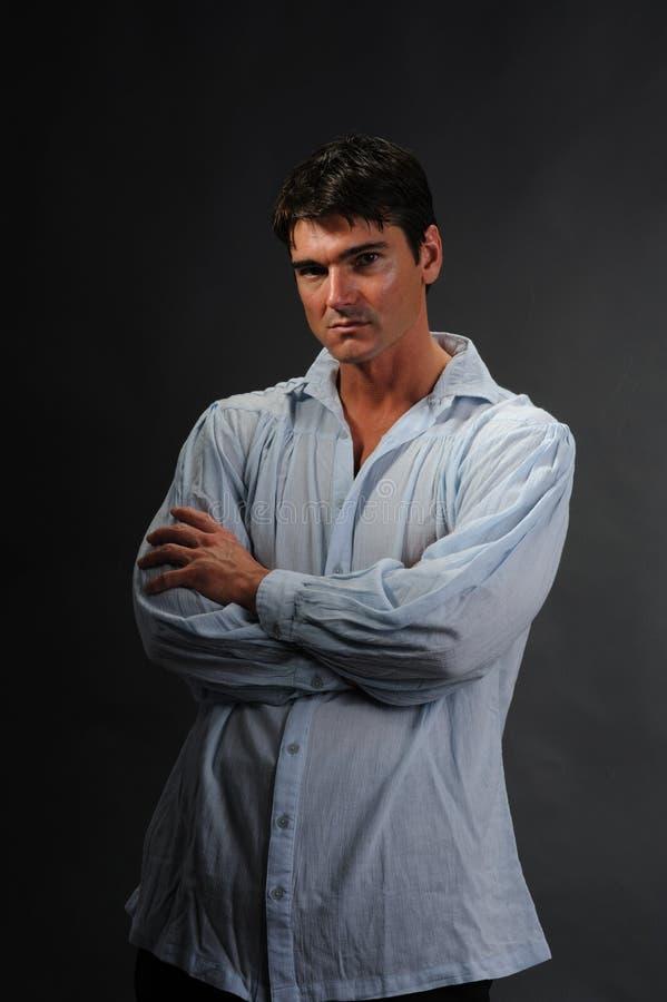 Den sexiga mannen poserar för kameran royaltyfri foto
