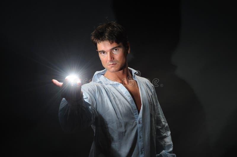 Den sexiga mannen poserar för kameran royaltyfri bild