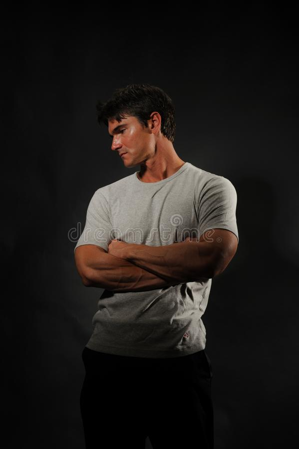 Den sexiga mannen poserar för kameran arkivfoto