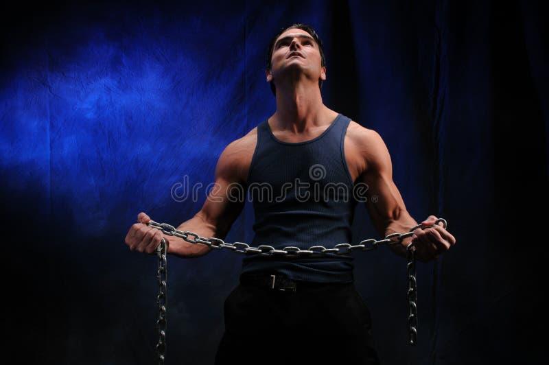 Den sexiga mannen poserar för kameran arkivbilder