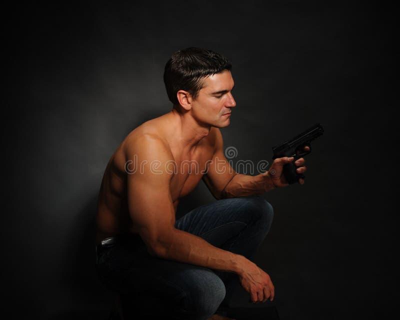 Den sexiga mannen poserar för kameran arkivfoton