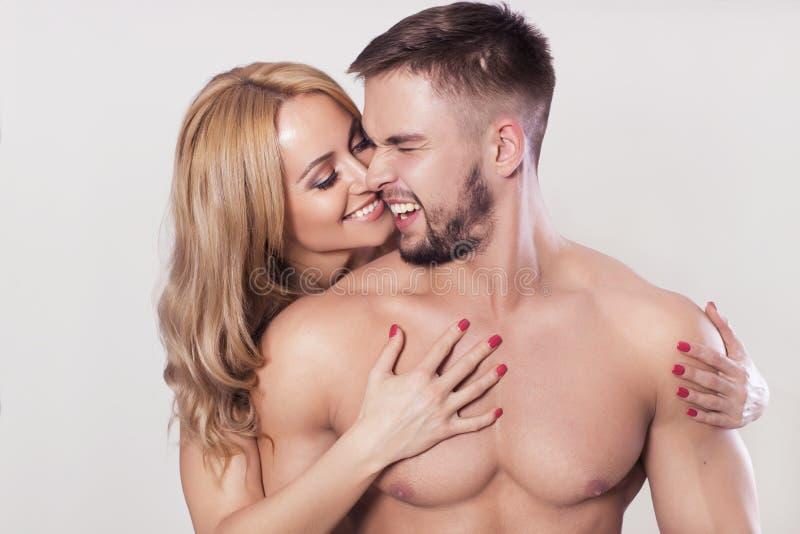 Den sexiga passformen tränga sig in par i sportswear på neutral grå bakgrund royaltyfri fotografi