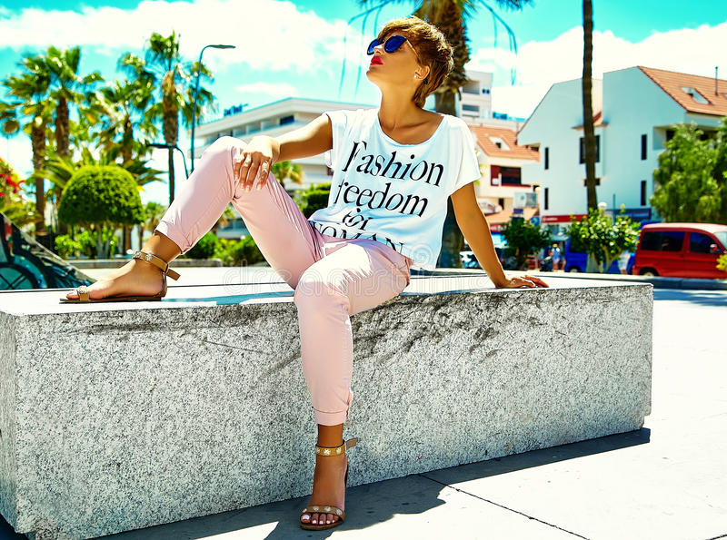 Den sexiga stilfulla flickamodellen i sommar beklär utomhus fotografering för bildbyråer