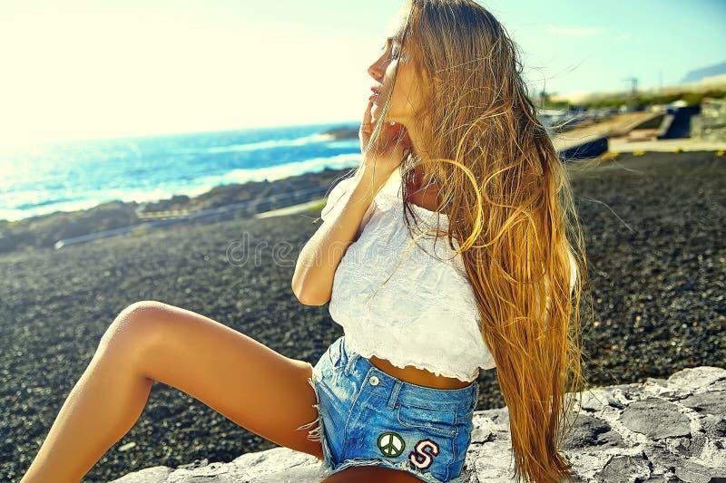 Den sexiga stilfulla flickan i hipster beklär utomhus royaltyfri fotografi