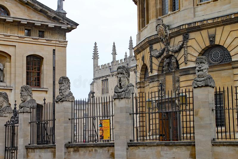 Den Sheldonian teatern med det Bodleian arkivet i bakgrunden royaltyfri bild