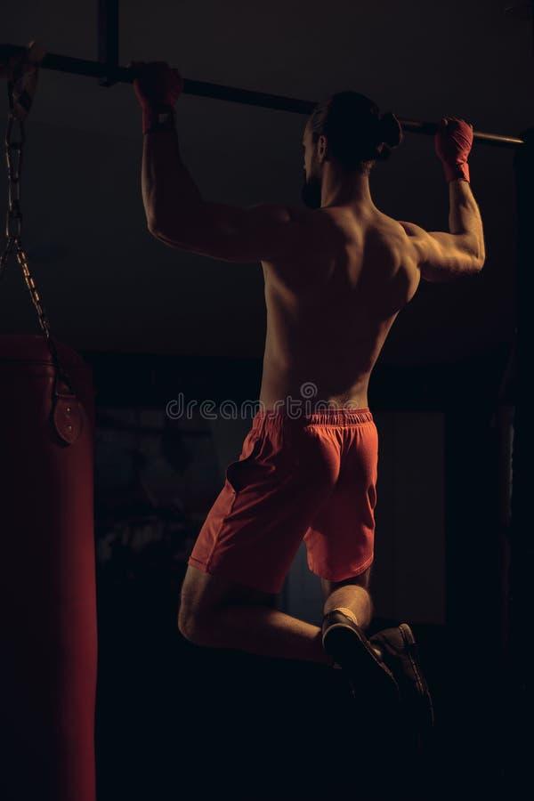 Den Shirtless boxaren som gör handtag, ups på stången arkivbilder