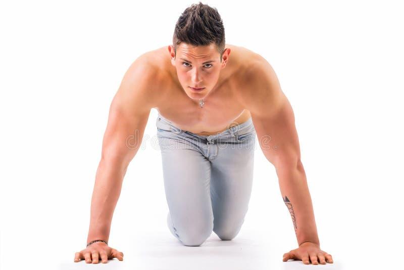 Den shirtless stiliga unga muskulösa mannen ordnar till till royaltyfria bilder