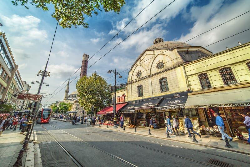 Den shoppa Divan Yolu gatan med den berömda roman kolonnen av Constantine arkivfoton