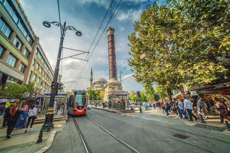 Den shoppa Divan Yolu gatan med den berömda roman kolonnen av Constantine arkivfoto