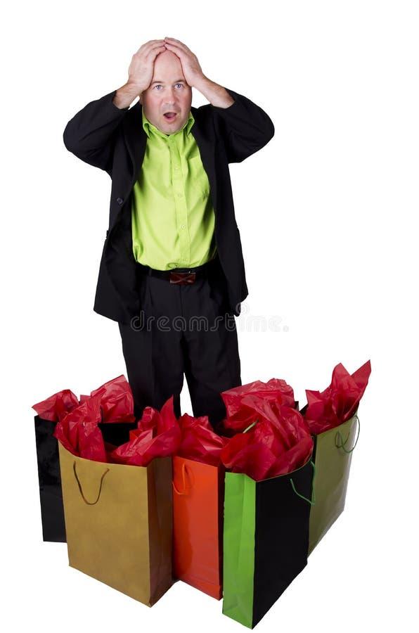 Manen med shopping hänger lös royaltyfri bild
