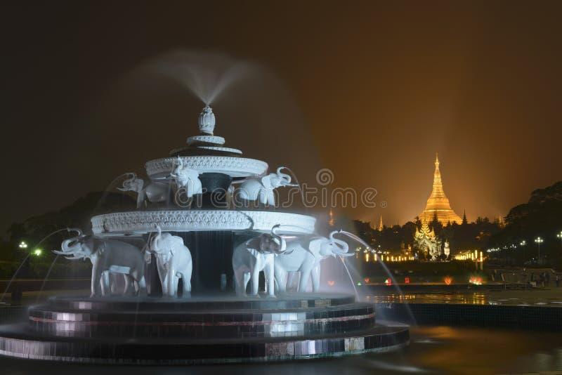 Den Shwedagon pagoden royaltyfri fotografi