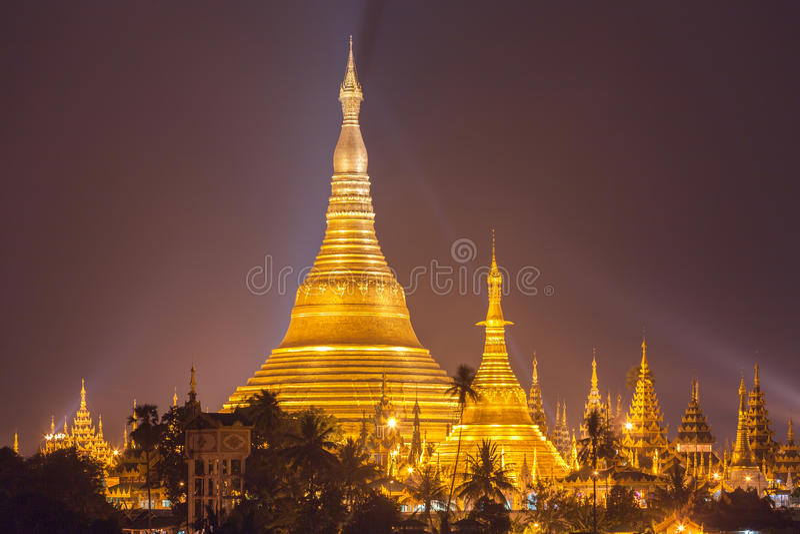 Den Shwedagon pagoden på natten med strålkastaren reflekterar guld- yttersida av pagoden royaltyfri bild