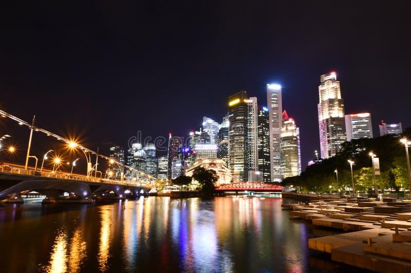 Den Singapore floden klev Plazas på natten arkivbild