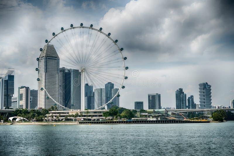 Den Singapore reklambladet de jätte- ferrisna rullar in Singapore royaltyfri bild