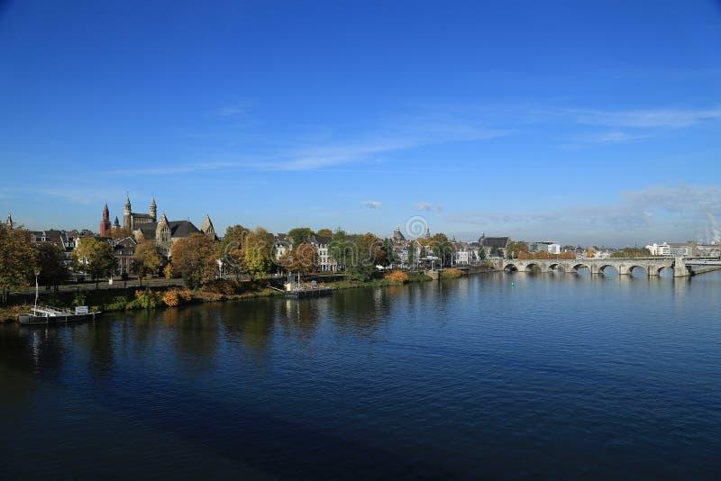 Den Sint Servaas bron i Maastricht är för århundradesten för th 13 en bro för båge över floden Maas royaltyfria bilder