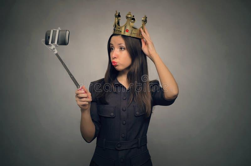 Den själviska kvinnan gör ett selfiefoto arkivbild