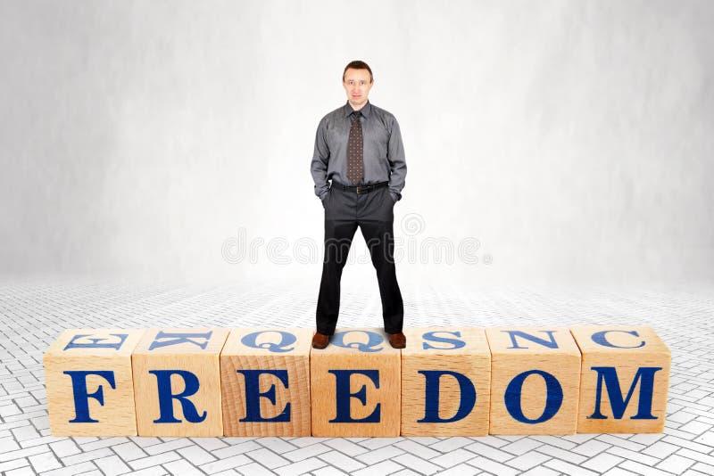 Den självsäkra mannen står på träkvarter med en ordfrihet arkivfoton