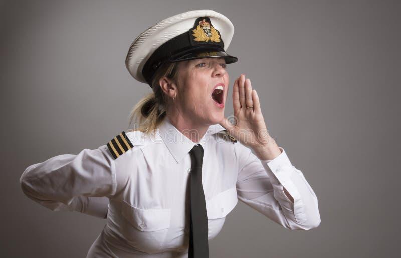 Den sjö- tjänstemannen ropar en beställning arkivfoto