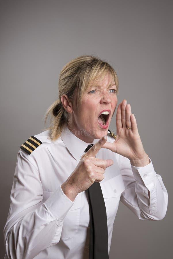 Den sjö- tjänstemannen ropar en beställning royaltyfri fotografi