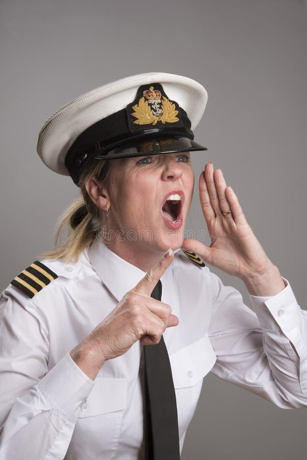 Den sjö- tjänstemannen ropar en beställning royaltyfri foto