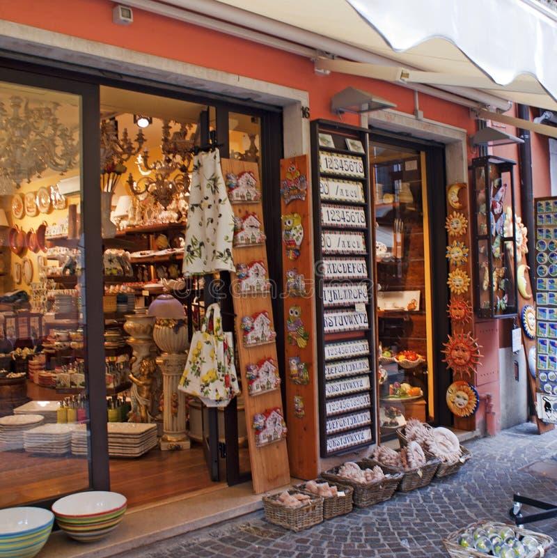 Den sjöGarda souvenir shoppar arkivbild