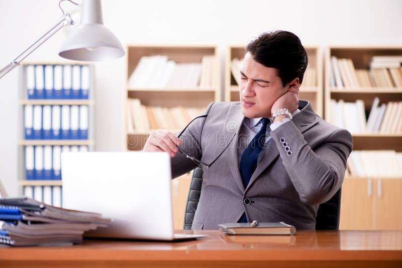 Den sjuka affärsmannen i kontoret arkivbild