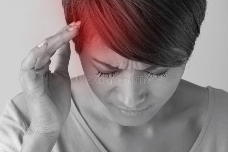 Den sjuka kvinnan med smärtar, huvudvärken, migrän, spänningen, sömnlöshet royaltyfria foton