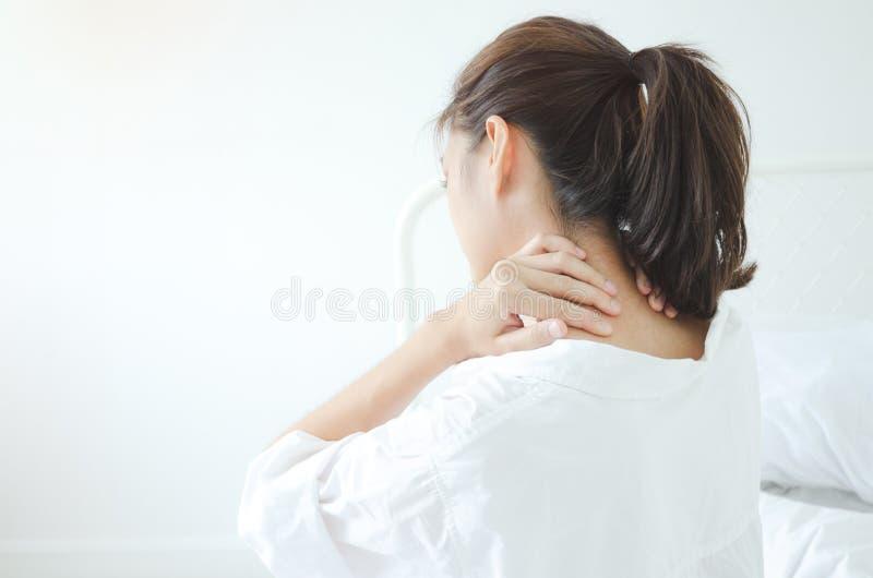 Den sjuka kvinnan med sm?rtar arkivfoton