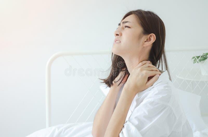 Den sjuka kvinnan med sm?rtar royaltyfri foto