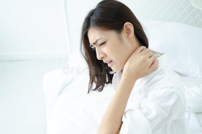 Den sjuka kvinnan med sm?rtar royaltyfria bilder