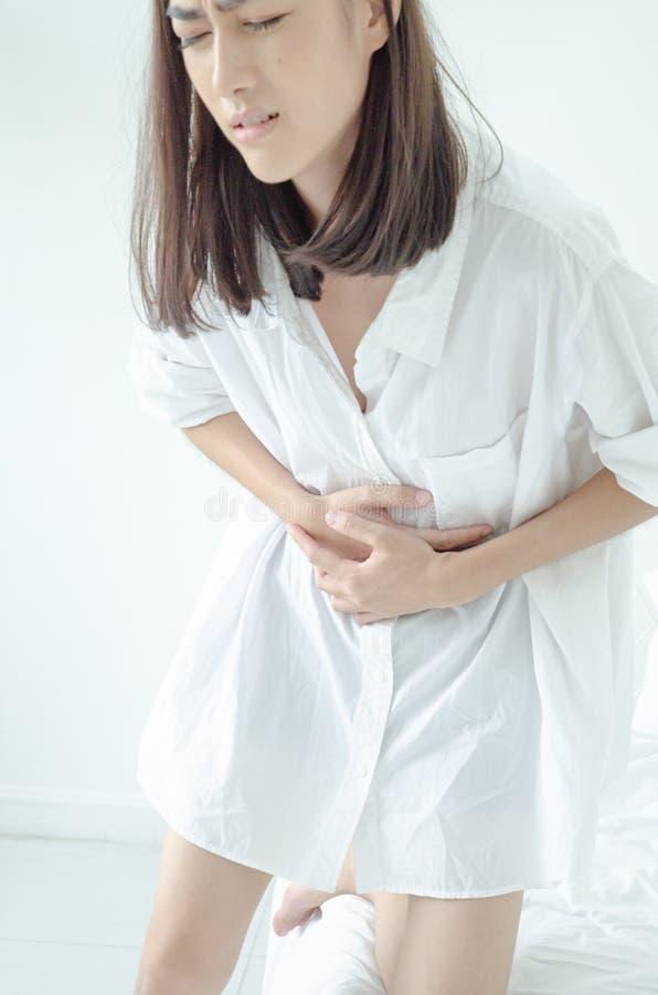 Den sjuka kvinnan med sm?rtar arkivfoto