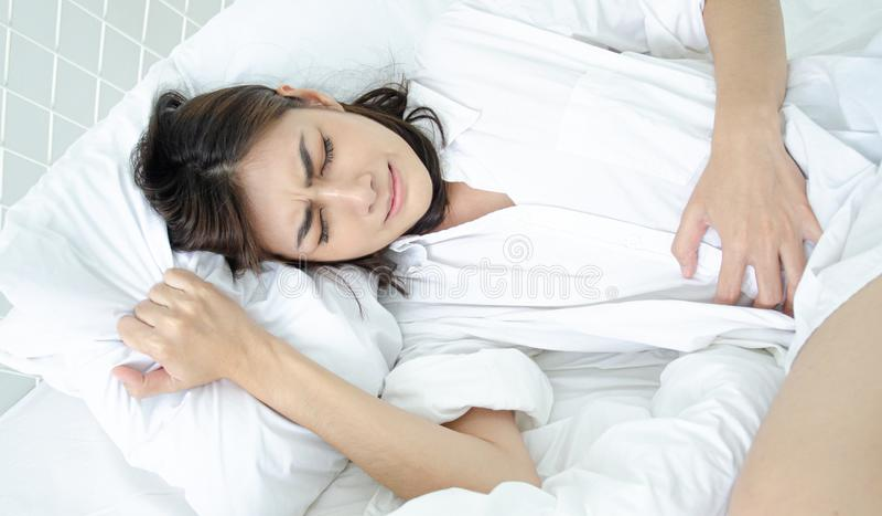 Den sjuka kvinnan med sm?rtar royaltyfri fotografi