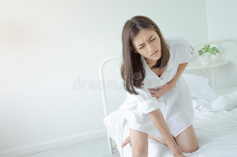 Den sjuka kvinnan med sm?rtar royaltyfri bild