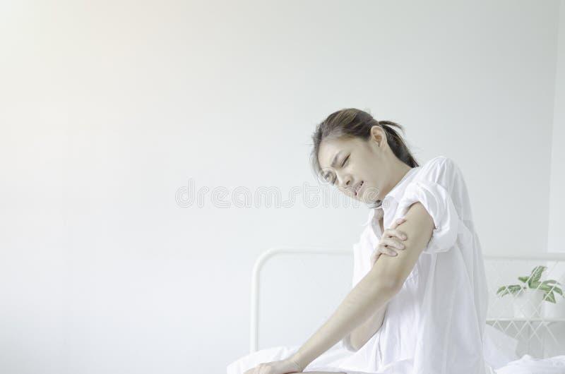 Den sjuka kvinnan med sm?rtar fotografering för bildbyråer