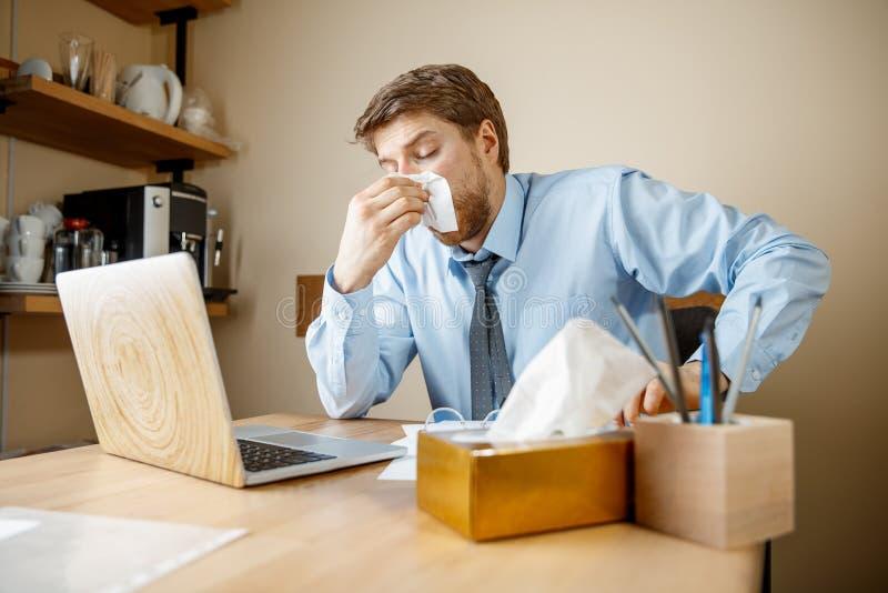 Den sjuka mannen, medan arbeta i regeringsställning, affärsmannen, fångade kall säsongsbetonad influensa royaltyfri foto