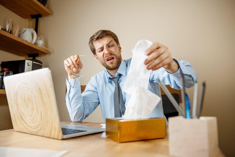 Den sjuka mannen, medan arbeta i regeringsställning, affärsmannen, fångade kall säsongsbetonad influensa royaltyfri bild