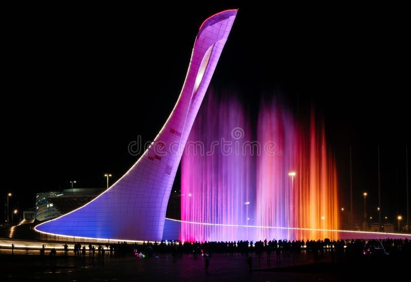 Den sjungande springbrunnen i det olympiskt parkerar på natten i Sochi arkivbild