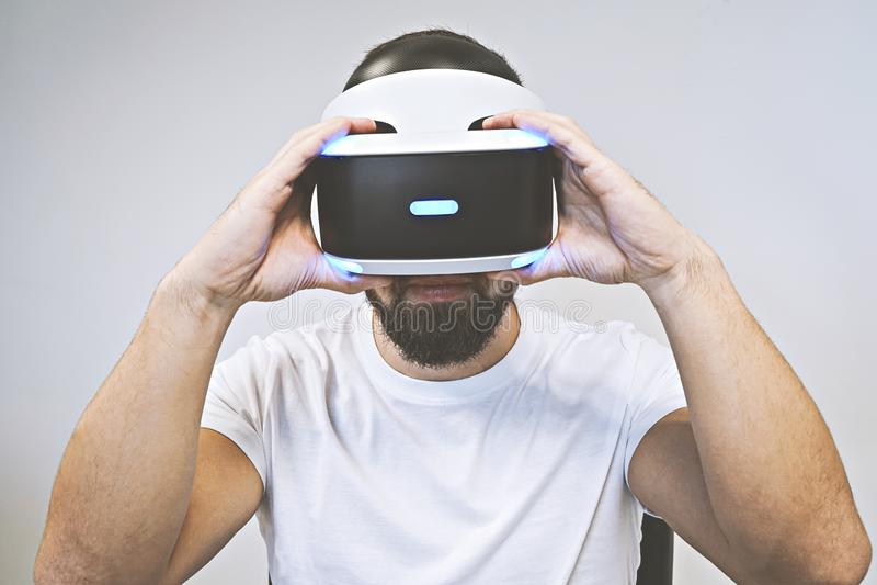 Den skäggiga mannen använder exponeringsglas 3D och tycker om virtuell verklighet arkivfoton