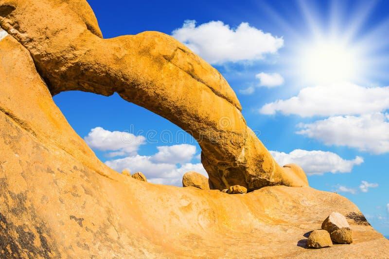 Den skalliga graniten bland den Namib öknen arkivbilder