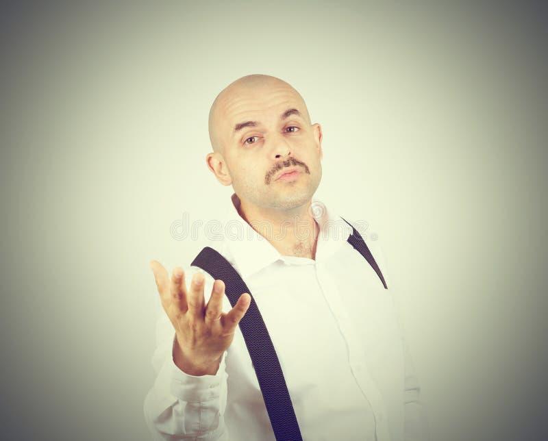 Den skalliga roliga mannen överför en luftkyss arkivfoto