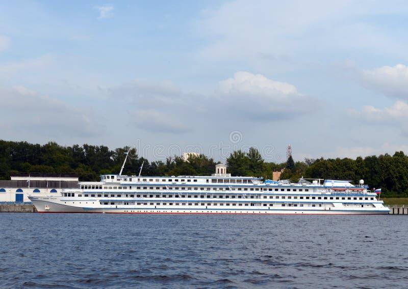 Den skepp`-Leonid Krasin `en förtöjas på den nordliga flodstationen på den Khimki behållaren arkivbilder