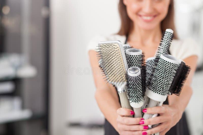 Den skickliga kvinnliga frisören är klar att arbeta royaltyfri fotografi