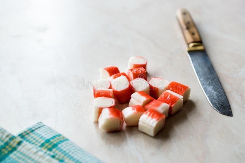 Den skivade krabban klibbar Surimi skivor på marmoryttersida ordna till för att äta royaltyfri foto