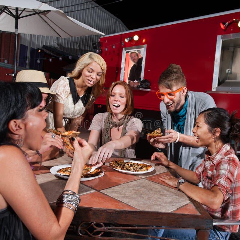Den skratta gruppen äter på kantinen arkivfoton