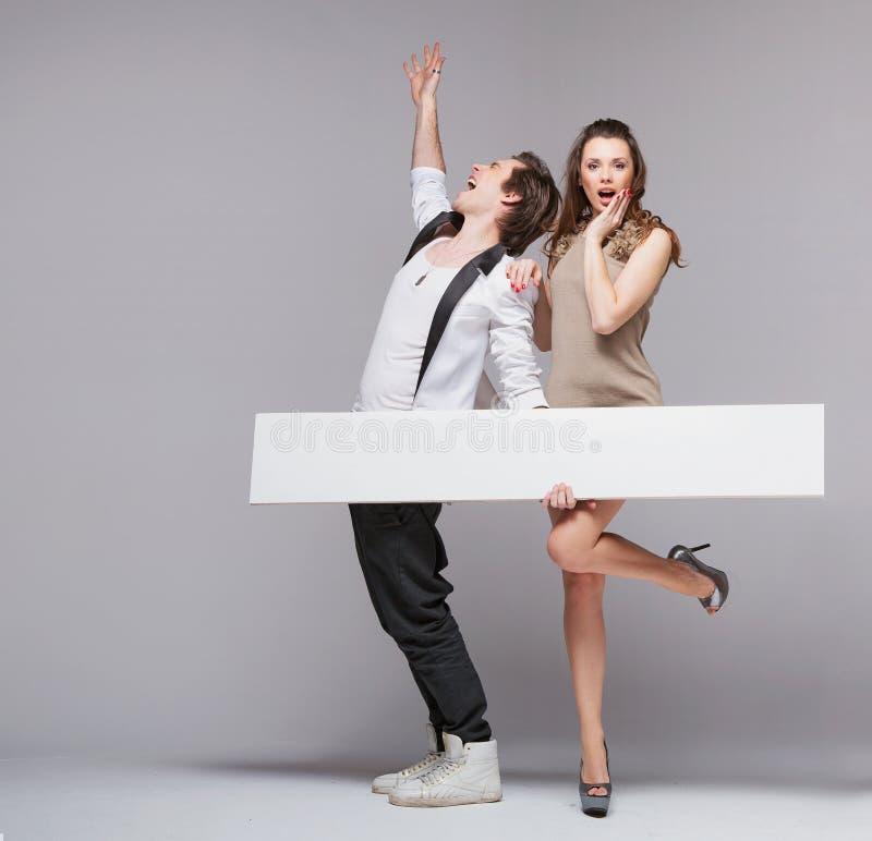 Den skrikiga grabben i roligt poserar med hans flickvän royaltyfri fotografi