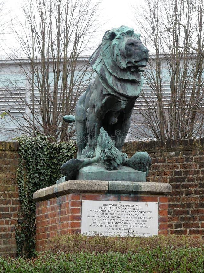 Den skulpterade gruppen av ett lejon med dess tafsar rymma ner en örn på tegelstensockel royaltyfri foto