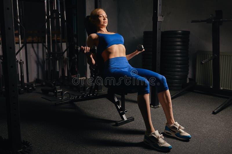 Den slanka flickan med den perfekta ideala kroppen är förtjust av sport royaltyfri bild
