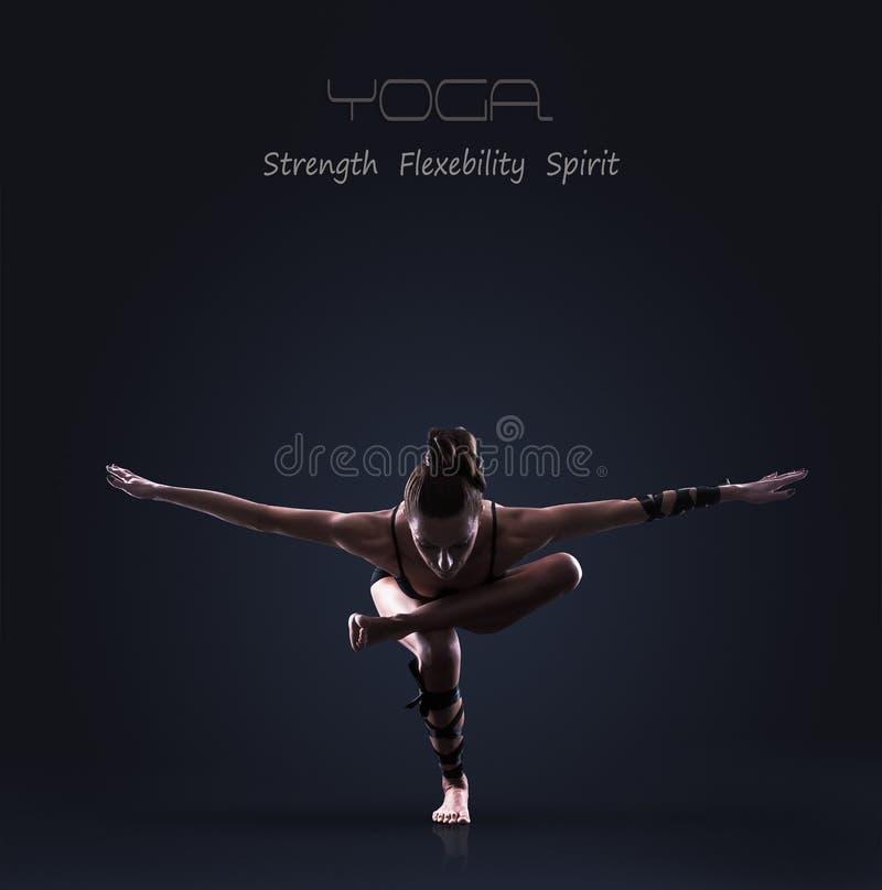 Den slanka idrotts- flickan gör yoga jämvikt att öva arkivfoton
