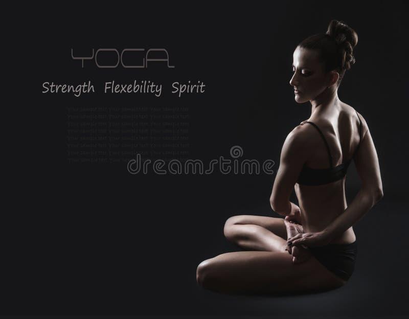 Den slanka kvinnan i vriden yoga poserar fotografering för bildbyråer