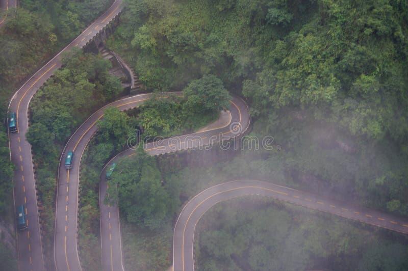Den slingriga vägen av det kinesZhangjiajie Tianmen berget i misten arkivbilder